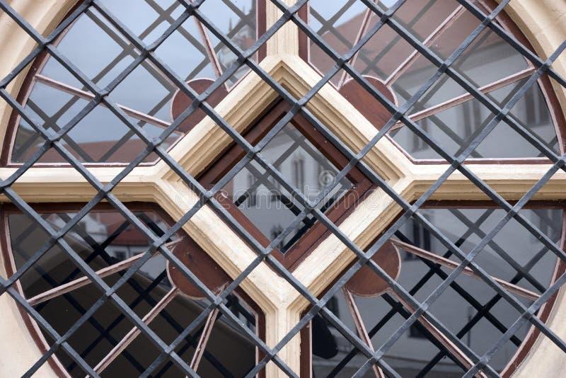 Janela redonda com as barras de metal na casa imagens de stock