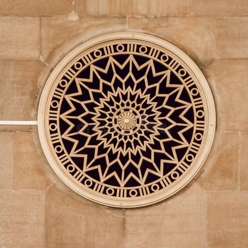 Janela redonda decorada com roseta imagens de stock