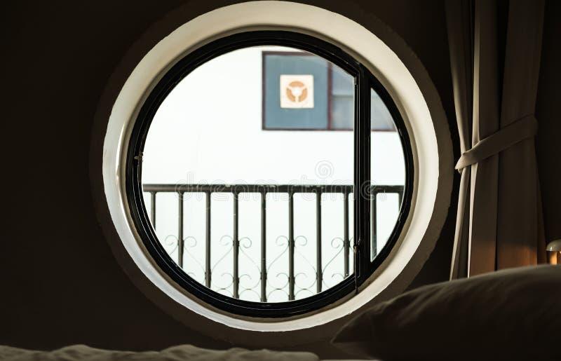 Janela redonda do círculo com luz brilhante na manhã fotografia de stock royalty free