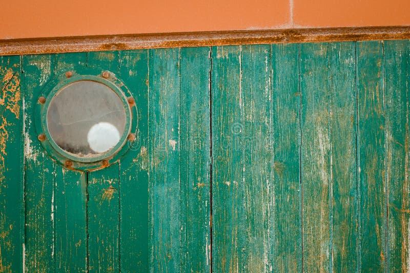 Janela redonda sobre a madeira afligida verde imagem de stock