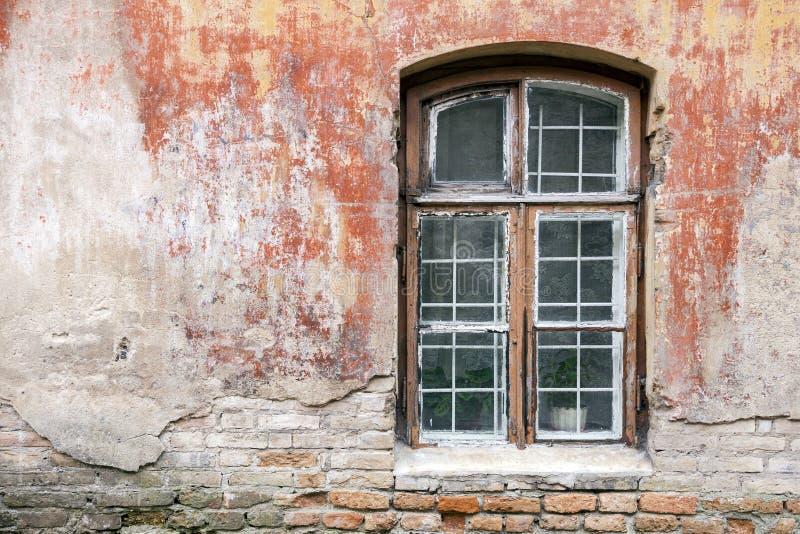 Janela resistida e parede gasto velha da construção imagens de stock royalty free