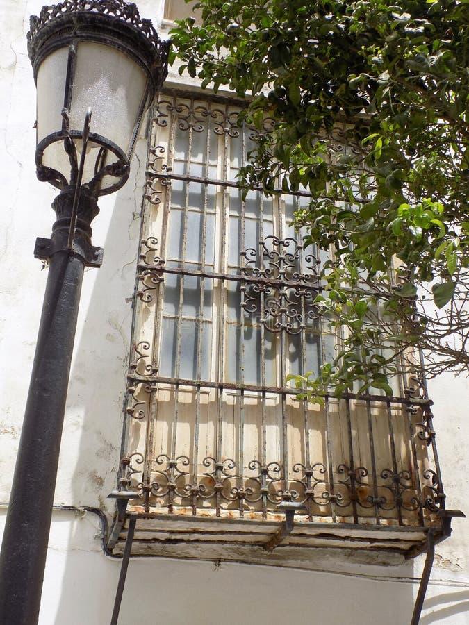 Janela típica e poste de luz-Tarifa-Andaluzia-Espanha fotos de stock