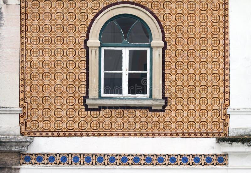 Janela velha bonita na parede telhada em Portugal foto de stock royalty free