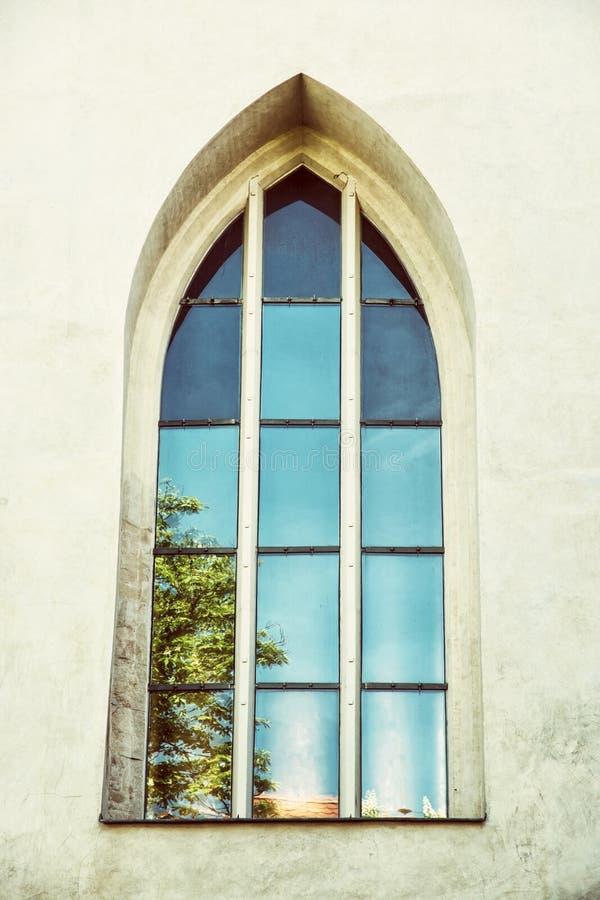 Janela velha com reflexões, castelo de Spilberk, Brno, republ checo imagem de stock royalty free
