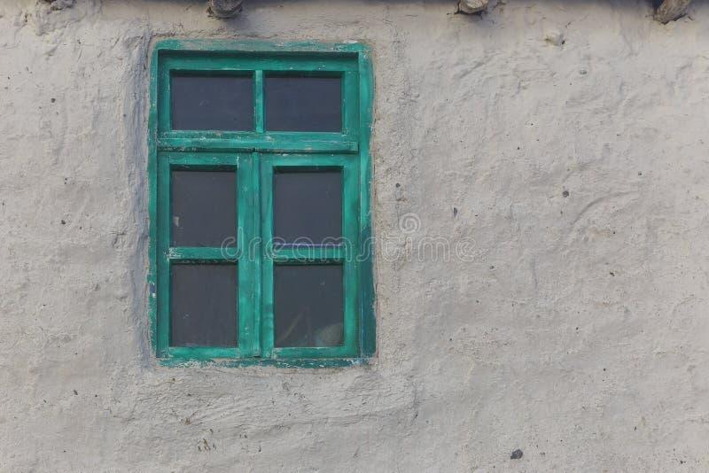 Janela velha com vidro na casa da vila fotos de stock royalty free