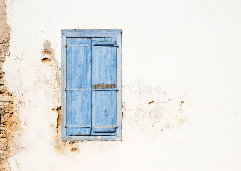 Janela velha do estilo mediterrâneo Azul na parede leve imagem de stock