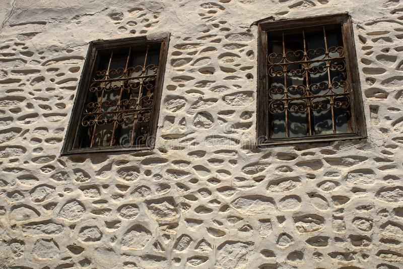 Janela velha em um muro de cimento Fora, casa imagem de stock