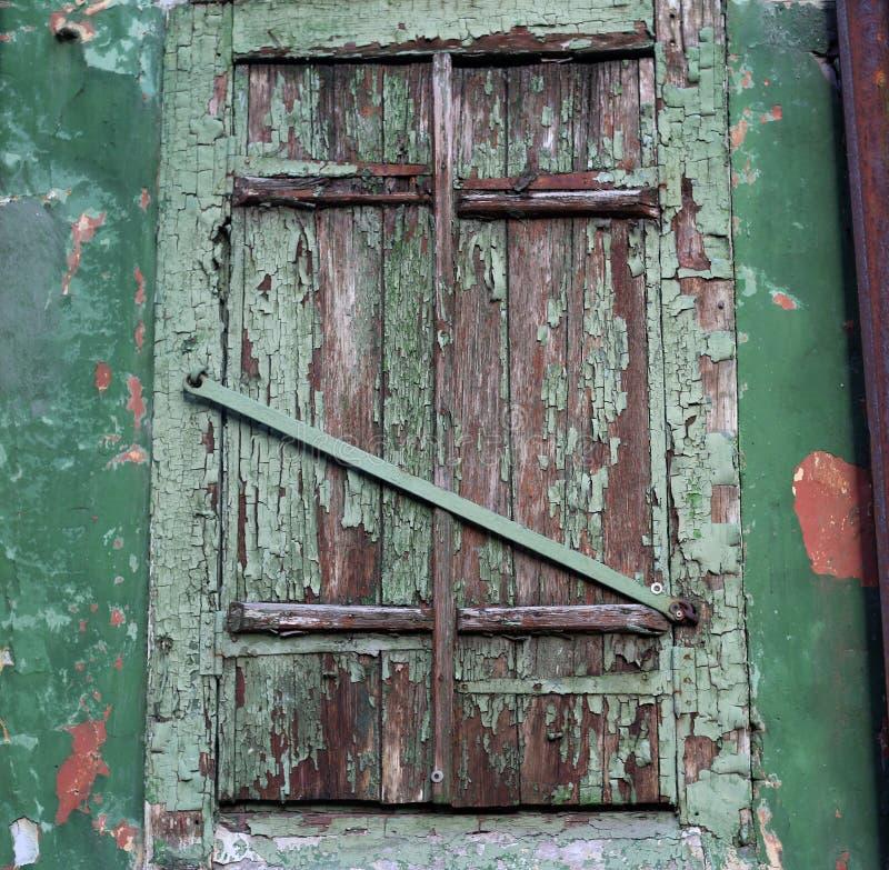 Janela velha mesma de uma casa abandonada Construção velha, faixa de janela foto de stock