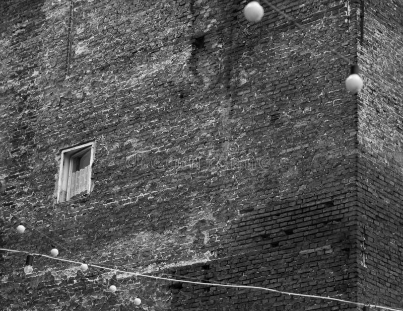 A janela velha só desolada no canto da casa fotos de stock royalty free