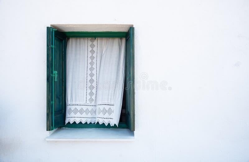 Janela verde de madeira em uma parede branca imagem de stock royalty free