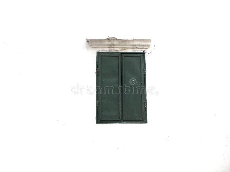 Janela verde no fundo do cimento branco imagem de stock