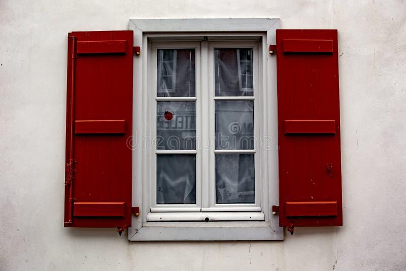 Janela vermelha - Espelette imagem de stock