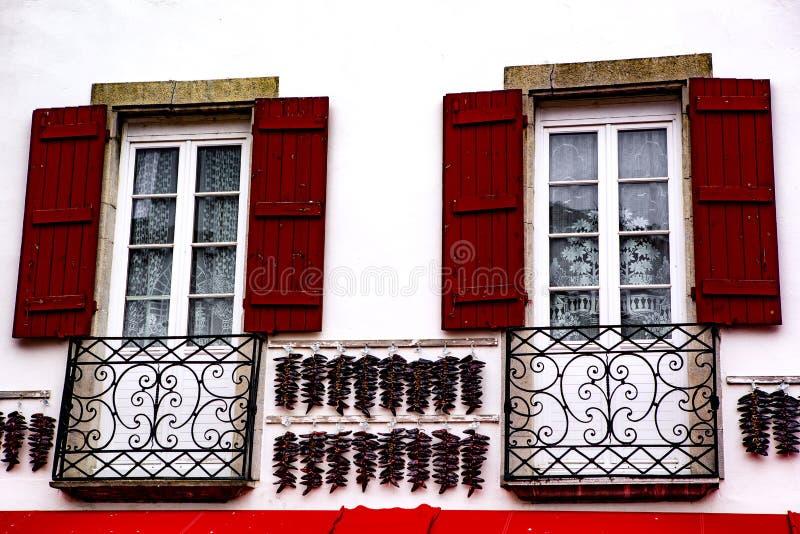 Janela vermelha - Espelette fotos de stock royalty free