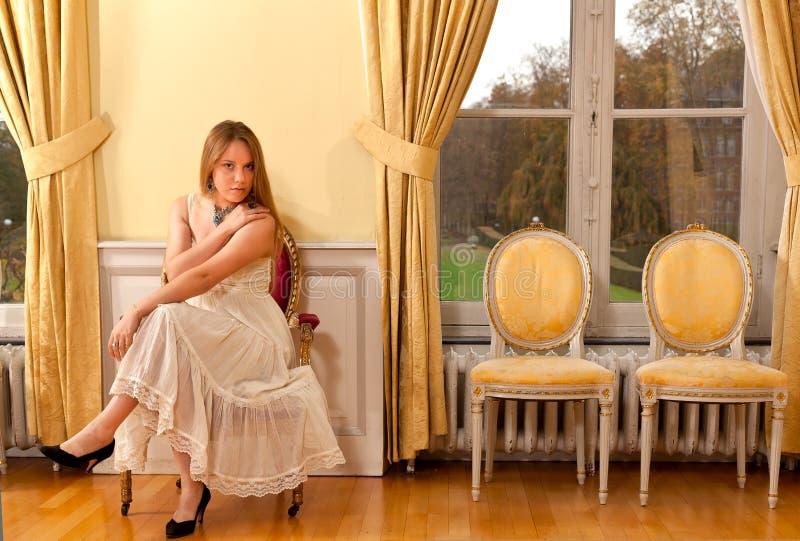 Janela vitoriano preocupada do castelo da mulher fotos de stock royalty free