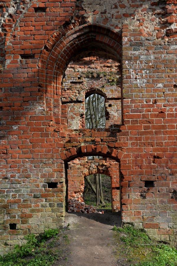 janelas arcados nas paredes da fortaleza velha da ordem Teutonic fotografia de stock royalty free