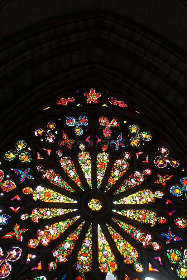 Janelas arqueadas do teto e de vitral em uma igreja fotografia de stock