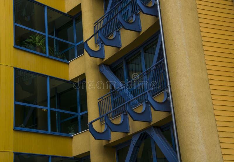 Janelas azuis amarelas de construção dos assoalhos da arquitetura fotos de stock royalty free
