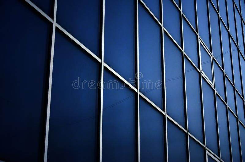 Janelas azuis contínuas do prédio de escritórios Parede de vidro imagens de stock