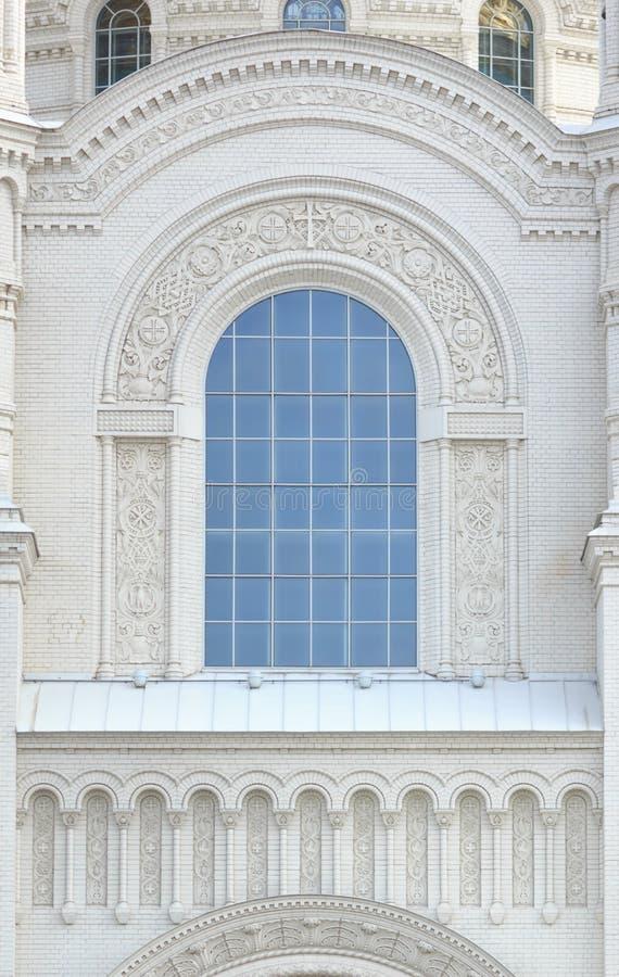 Janelas bonitas do arco da catedral histórica fotos de stock