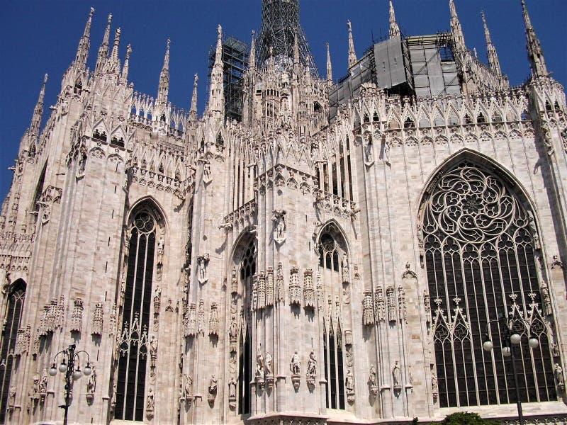 Janelas bonitas e arquitetura de mármore branca da catedral em Milão fotografia de stock royalty free