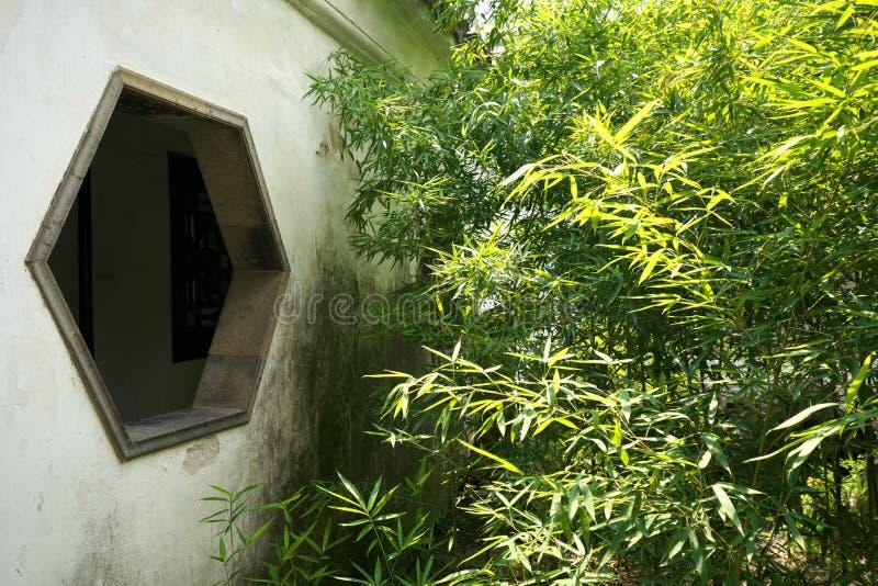 Janelas bonitas no Jardim da Floresta de Leão em Suzhou, China foto de stock royalty free