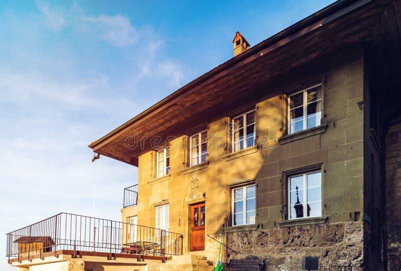Janelas clássicas velhas do estilo de Suíça fotos de stock royalty free
