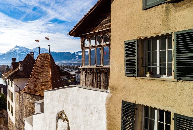 Janelas clássicas velhas do estilo de Suíça imagens de stock royalty free