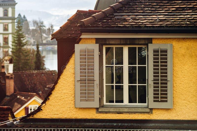Janelas clássicas velhas do estilo de Suíça imagens de stock