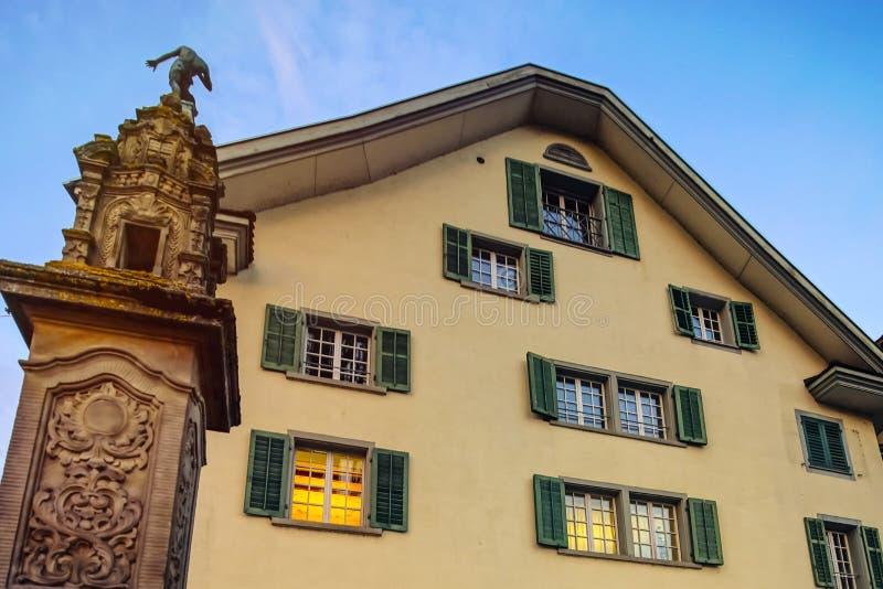 Janelas clássicas velhas do estilo de Suíça fotografia de stock royalty free