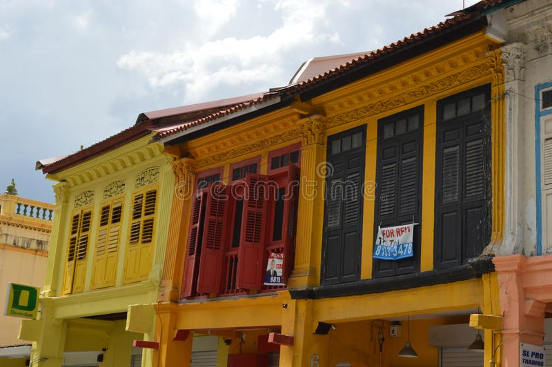 Janelas coloniais coloridas em pouca Índia, Singapura fotos de stock royalty free