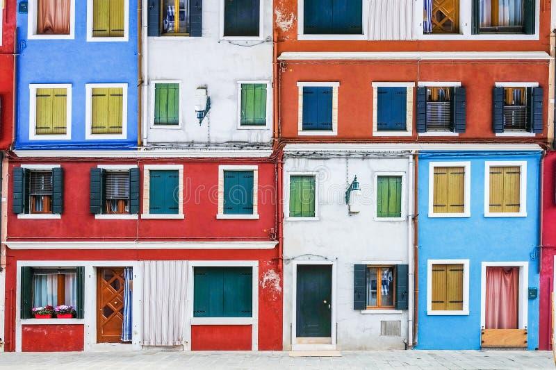 Janelas coloridas, ilha de Burano, Veneza, Itália imagem de stock royalty free