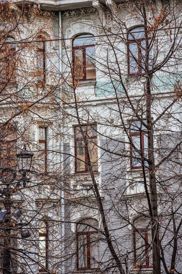 Janelas da casa de apartamento no outono fotos de stock