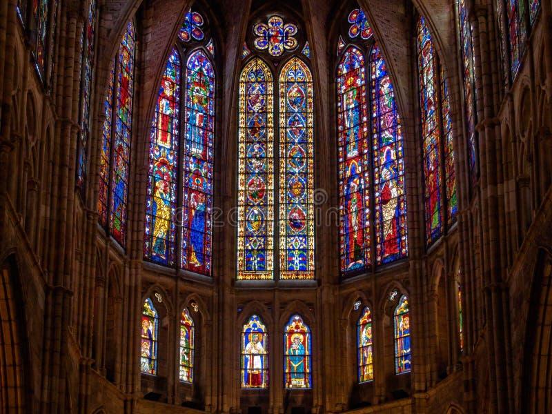 Janelas da igreja do vitral - Leon imagem de stock royalty free