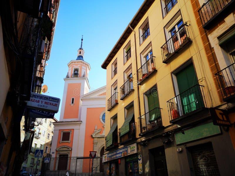 Janelas da vizinhança de Lavapies e balcões de fachadas das construções da cidade do Madri fotografia de stock