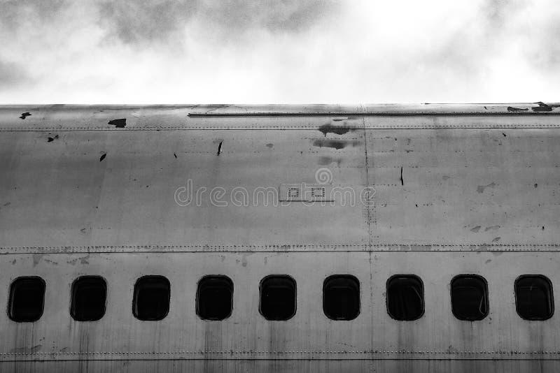 Janelas de cabine em um plano de jato/avião abandonados velhos imagem de stock