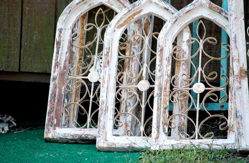 Janelas de madeira arqueadas em uma jarda do salvamento fotografia de stock royalty free