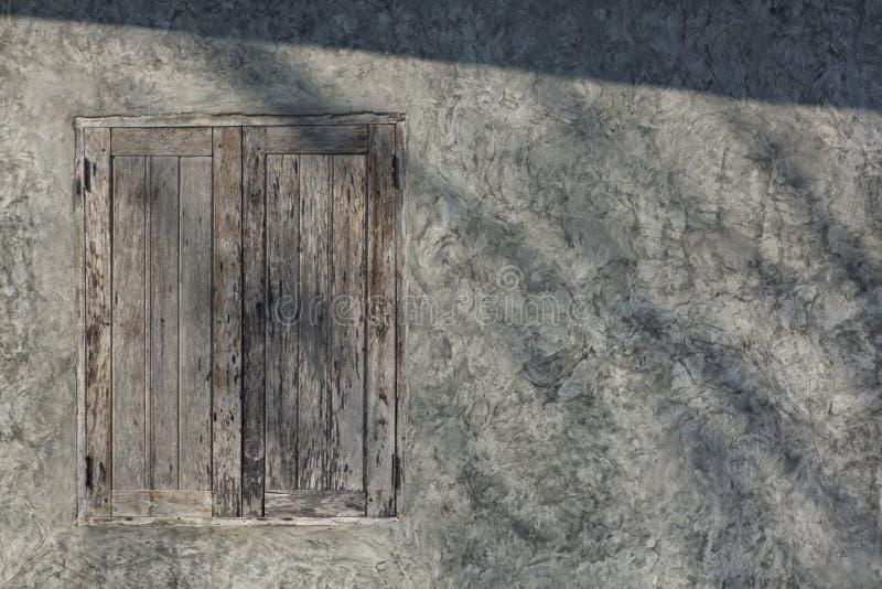Janelas de madeira velhas na parede do cimento foto de stock royalty free