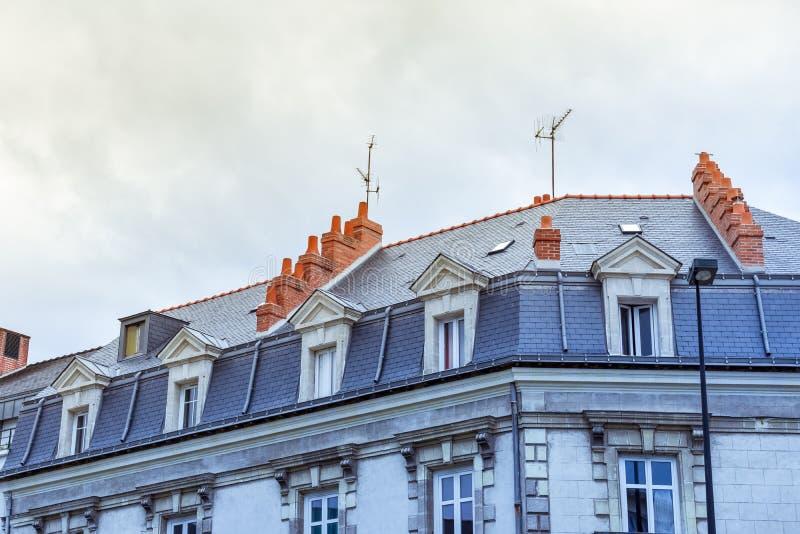 Janelas de trapeira e telhado das construções em Nantes imagem de stock royalty free