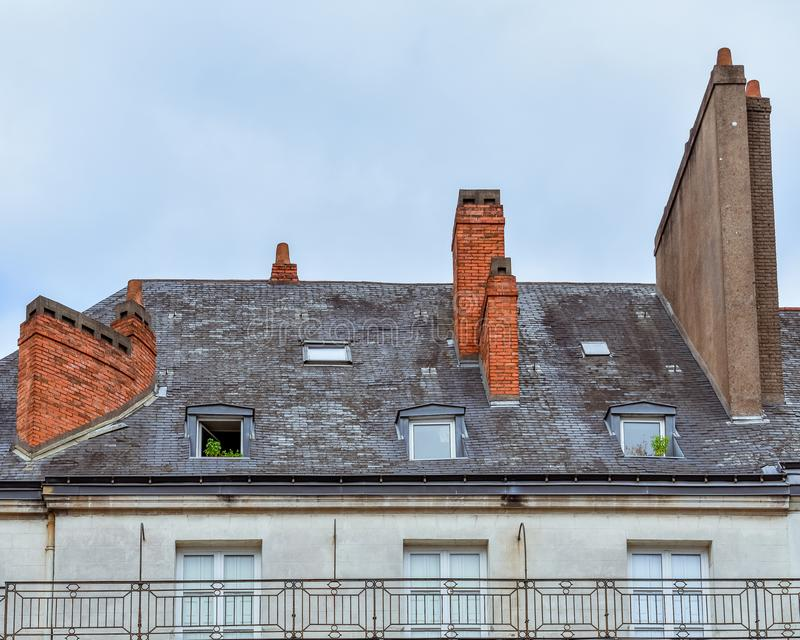 Janelas de trapeira e telhado das construções em Nantes fotografia de stock