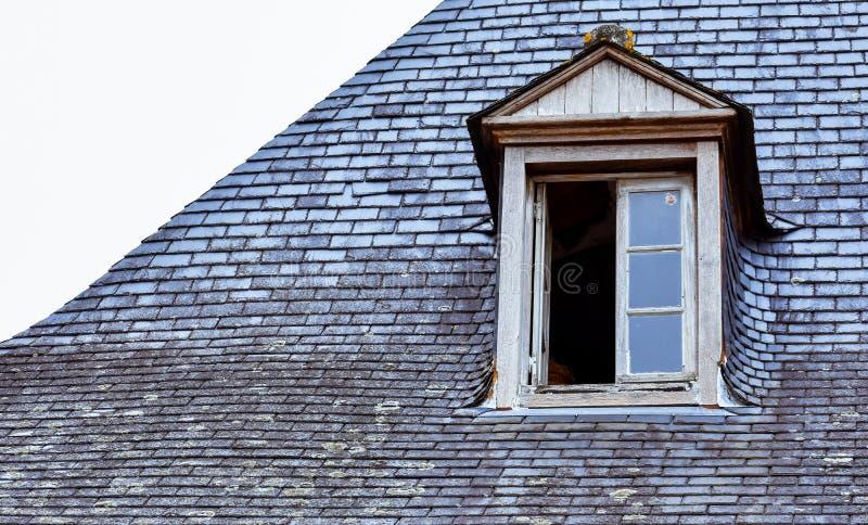 Janelas de trapeira no telhado de ardósia e em chaminés alaranjadas Rochefort-en-Terre, Brittany francês fotografia de stock royalty free