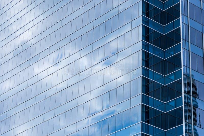Janelas de vidro da construção moderna com reflexão do céu imagens de stock royalty free