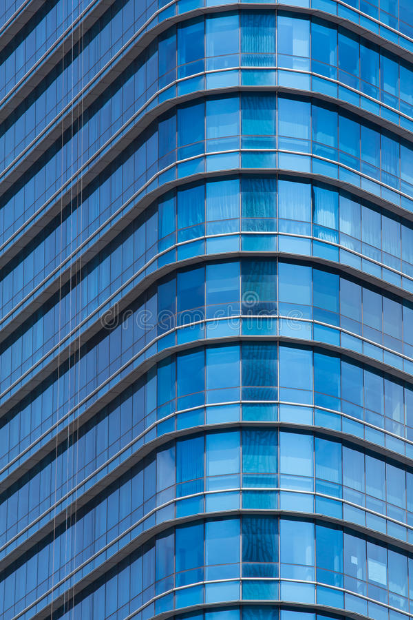 janelas de vidro do ฺà¸'Blue do prédio de escritórios moderno fotografia de stock royalty free