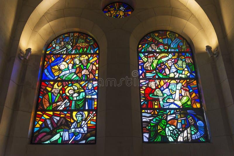 Janelas de vitral dentro da catedral de manila em Filipinas foto de stock royalty free