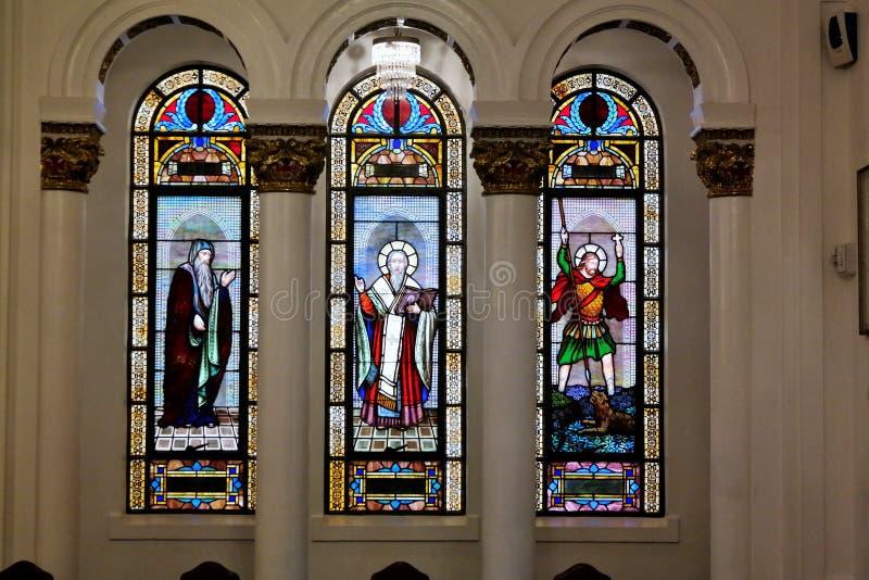 Janelas de vitral na catedral ortodoxo grega foto de stock
