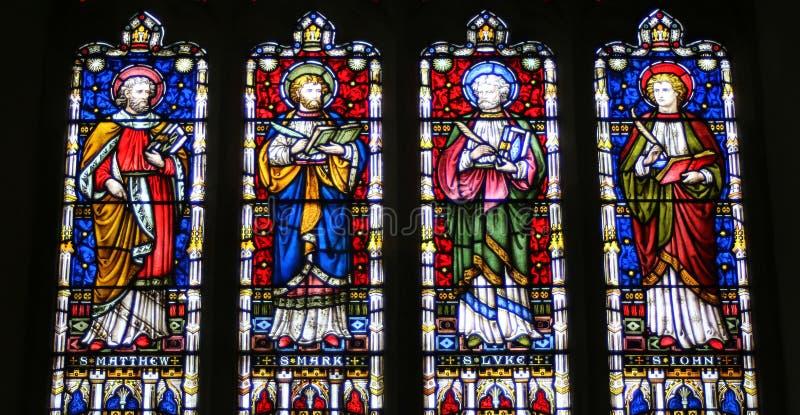 Janelas de vitral na igreja inglesa fotos de stock