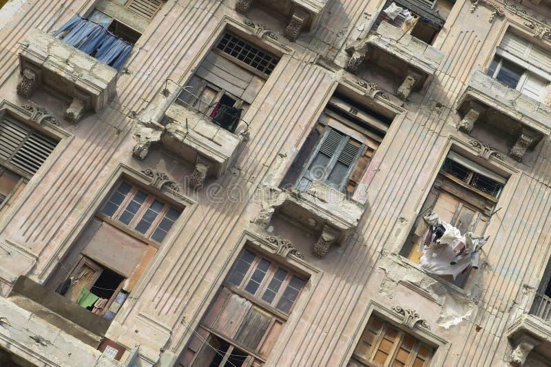 Janelas dilapidadas da construção e do apartamento em Havana velho, Cuba foto de stock