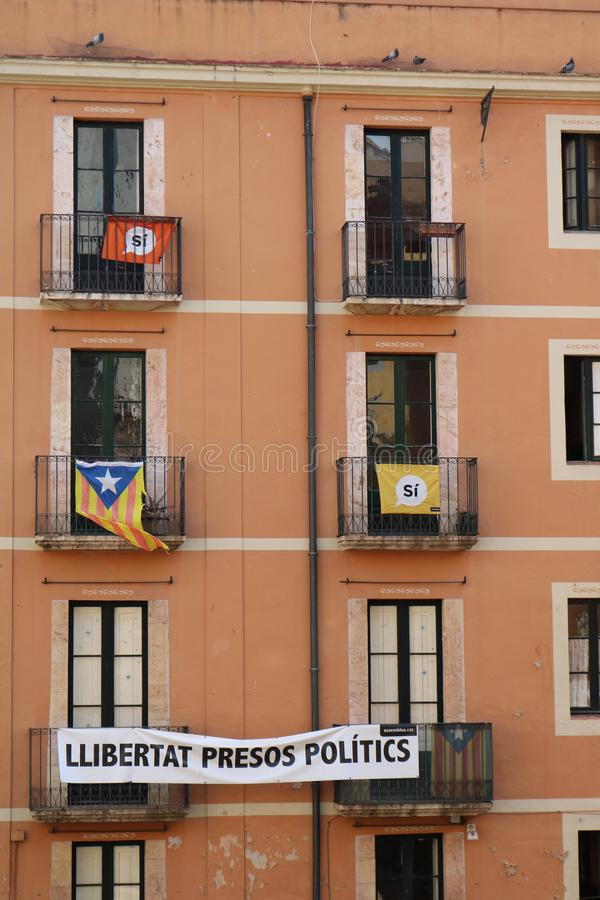 Janelas do apartamento em Tarragona durante os jogos mediterrâneos em junho de 2018 imagens de stock royalty free