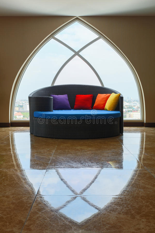 janelas do sofá-cama e da claraboia imagens de stock