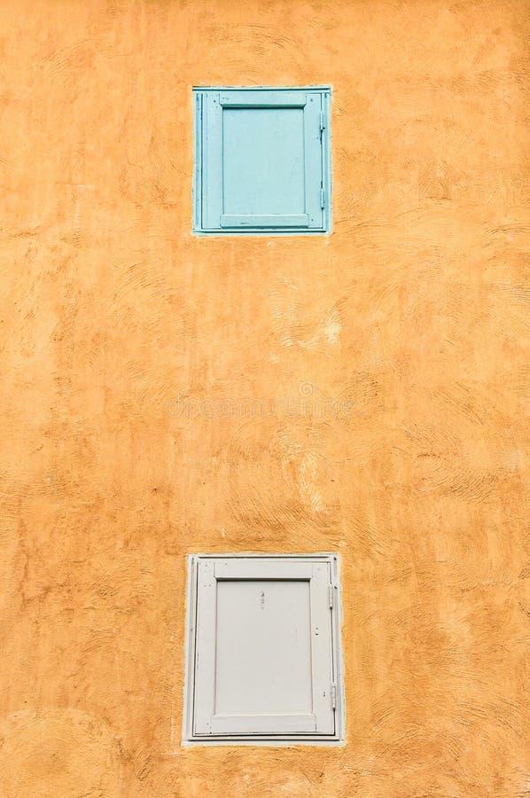 Janelas dobro na parede amarela