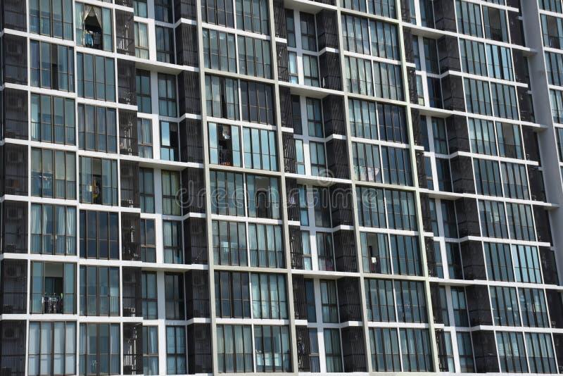 Janelas e balcões do condomínio vistos imagens de stock